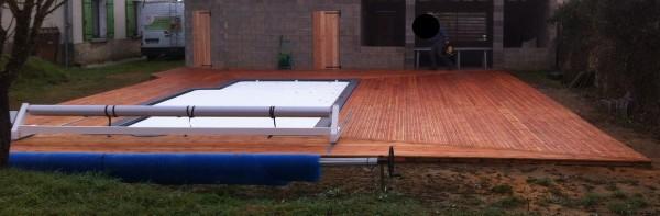 terrasse de piscine ainsi que portes en bois