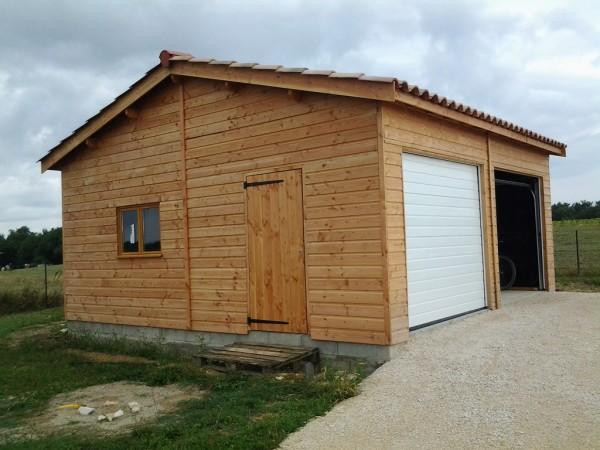garage double avec fenêtre et porte de service