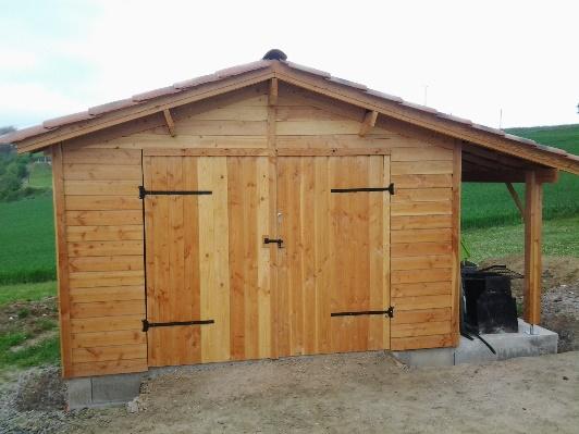Garage en bois avec bûcher.