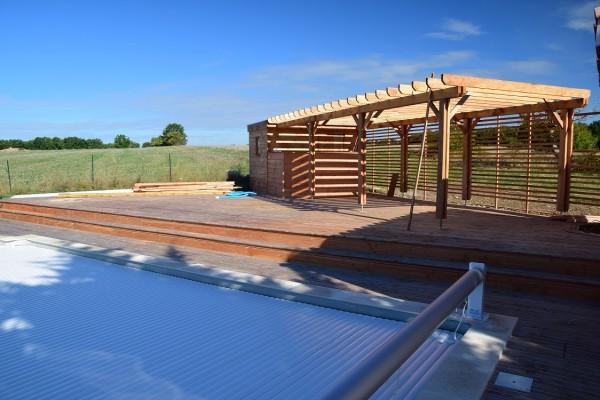 terrasse de piscine avec son abri